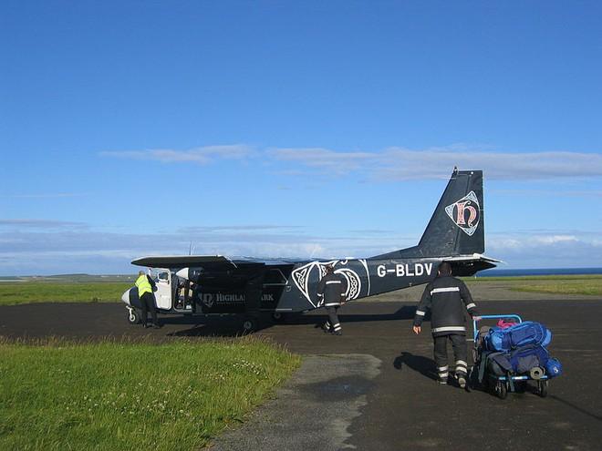 Chuyến bay ngắn nhất thế giới: 2,7 km, 53 giây là xong, mang hành lý lên chưa lau mồ hôi xong đã phải mang xuống - Ảnh 3.