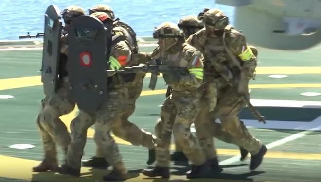 Xem đặc nhiệm Spetsnaz tập đánh chiếm tàu hàng và giàn khoan, giải cứu 150 con tin như trong game Call of Duty - Ảnh 2.