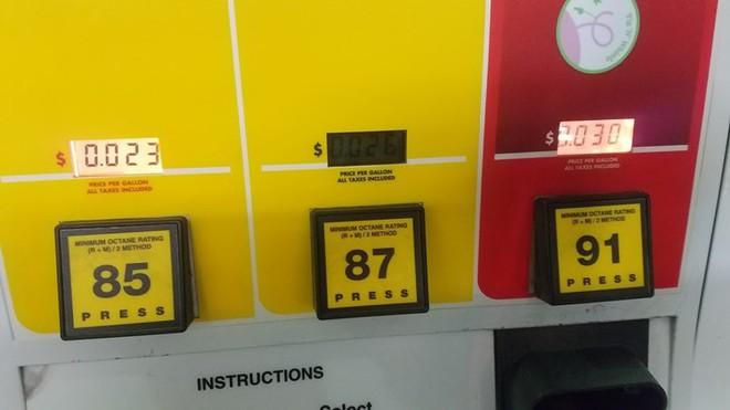 Ước mơ của mọi biker: Gặp trục trặc, cây xăng Mỹ bán 3,8 lít xăng với giá chưa tới 500 đồng - Ảnh 2.
