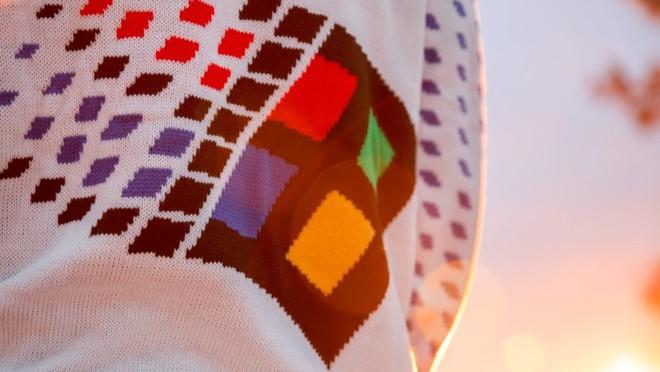 Microsoft ra mắt áo len in hình logo Windows 95 nhân dịp Giáng sinh - Ảnh 1.