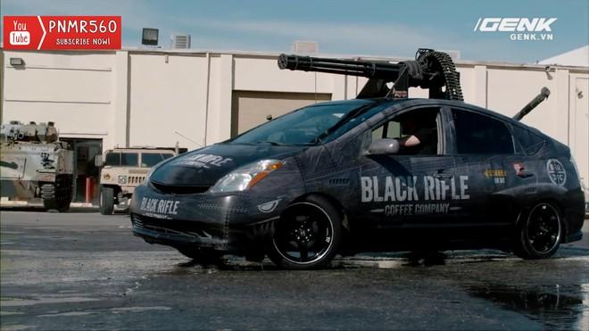 [Vietsub] Gắn súng máy Vulcan nòng xoay bắn 6600 vòng/phút lên nóc xe Toyota Prius thì sẽ thế nào? - Ảnh 1.