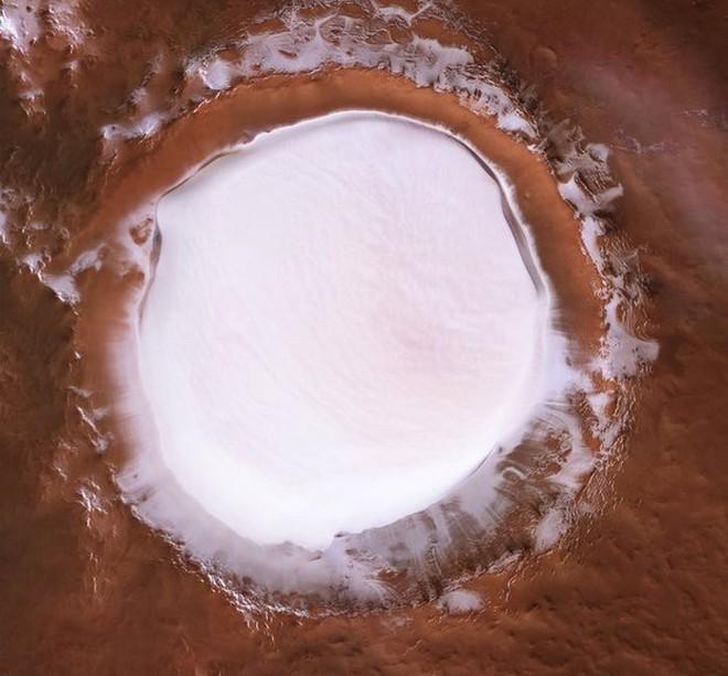 Mời bạn ngắm nhìn hố thiên thạch Sao Hỏa sâu 2 km, đường kính 81,4 km, chứa đầy băng không bao giờ tan - Ảnh 1.