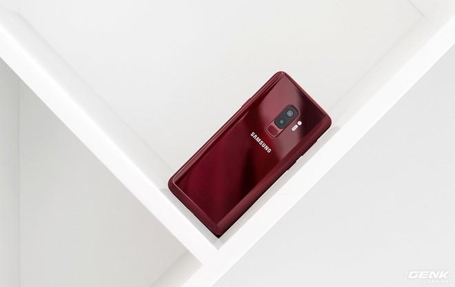 Cận cảnh Galaxy S9+ Vang Đỏ vừa lên kệ: Rực rỡ mùa Lễ Tết, tặng tai nghe AKG ton-sur-ton, có thêm Bixby Vision phiên bản mới - Ảnh 2.