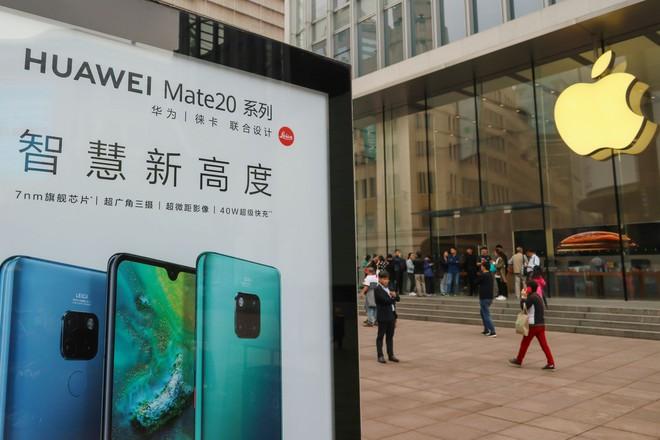 Hàng trăm công ty Trung Quốc tẩy chay Apple, tặng miễn phí smartphone Huawei, có thể sa thải nhân viên nếu sử dụng iPhone - Ảnh 1.