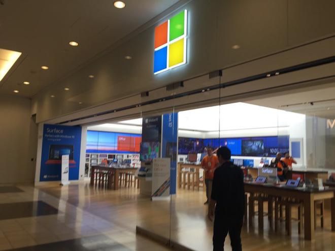 Bước vào Microsoft Store lấy cắp Surface rồi đi ra như chỗ không người, 3 tên trộm kiếm được hơn 1 tỷ đồng nhưng bị bắt vì dám quay lại để ăn trộm tiếp - Ảnh 2.