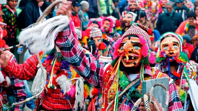 Người dân Peru đánh nhau tay bo để chào năm mới, bõ tức lại ôm nhau làm hòa - Ảnh 1.