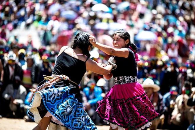 Người dân Peru đánh nhau tay bo để chào năm mới, bõ tức lại ôm nhau làm hòa - Ảnh 3.