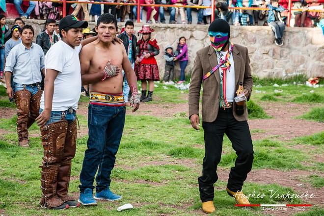 Người dân Peru đánh nhau tay bo để chào năm mới, bõ tức lại ôm nhau làm hòa - Ảnh 7.