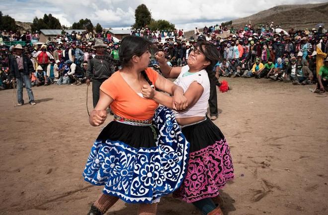 Người dân Peru đánh nhau tay bo để chào năm mới, bõ tức lại ôm nhau làm hòa - Ảnh 4.