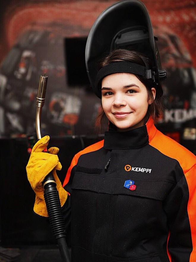 Cô gái 19 tuổi xinh đẹp vô địch giải thợ hàn toàn nước Nga - Ảnh 2.