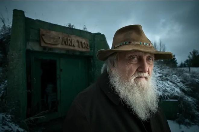 [Vietsub] Cụ ông 83 tuổi dành 50 năm để xây dựng hầm trú ẩn hạt nhân từ 42 chiếc xe buýt - Ảnh 1.