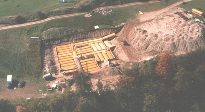 [Vietsub] Cụ ông 83 tuổi dành 50 năm để xây dựng hầm trú ẩn hạt nhân từ 42 chiếc xe buýt - Ảnh 2.