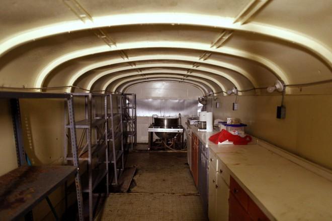 [Vietsub] Cụ ông 83 tuổi dành 50 năm để xây dựng hầm trú ẩn hạt nhân từ 42 chiếc xe buýt - Ảnh 3.