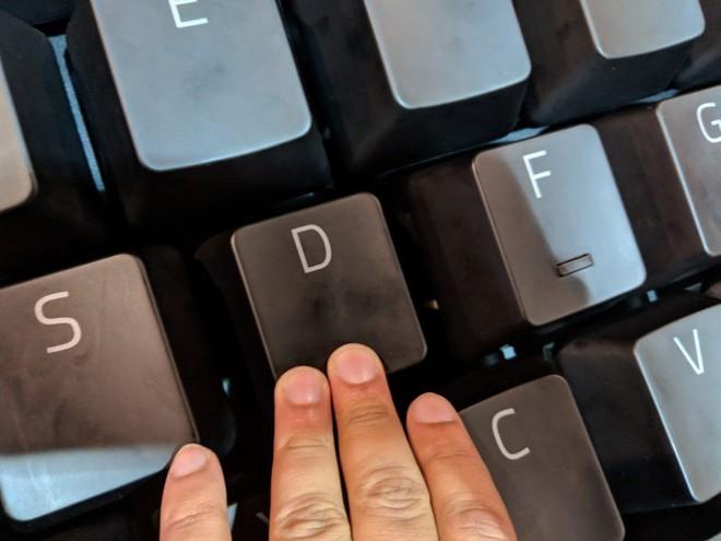 Phải sử dụng ba ngón tay mới bấm được... một phím trên chiếc bàn phím quá cỡ này.
