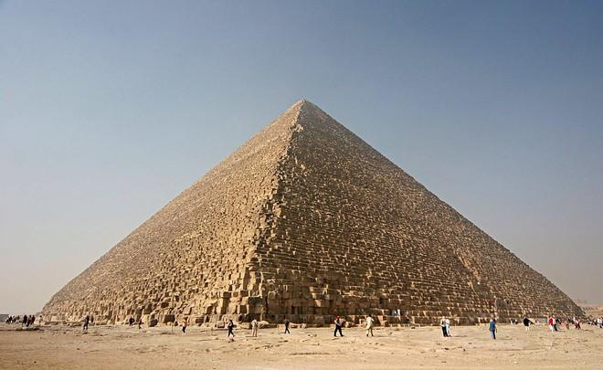 Nhờ vật lý, ta đã biết cách người Ai Cập cổ đại xây kim tự tháp Giza - kỳ quan thế giới như thế nào - Ảnh 1.