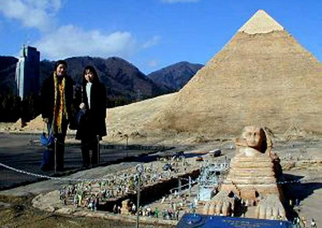 Liệu có ai đó ngốc nghếch tới mức đăng bức ảnh này lên với tiêu đề: Hai người khổng lồ đến thăm Ai Cập không nhỉ?