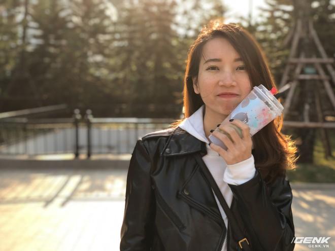 Chỉ sau 1 năm, iPhone X đã cho chất lượng chụp ảnh xóa phông tốt hơn rất nhiều. Các chi tiết phức tạp như tóc người, vốn từng làm khó iPhone 7 Plus cách đây 1 năm, nay đã được xử lý đến mức độ mà người bình thường khó có thể nhận ra được đây là một bức ảnh chụp bằng điện thoại chứ không phải là máy ảnh chuyên nghiệp