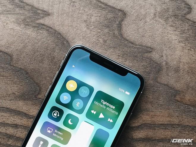 Màn hình của iPhone X được tràn sát ra bốn cạnh và bo tròn