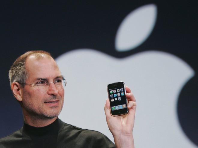 Steve Jobs ra mắt chiếc iPhone đầu tiên vào năm 2007
