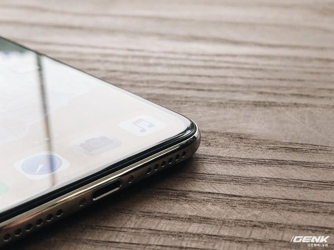 Khi mà nhôm đã trở nên bão hòa, iPhone X sử dụng kính và thép - hai chất liệu mà chỉ một sản phẩm cao cấp thật sự mới có