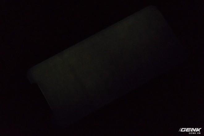 Màn hình của iPhone X đang được hiển thị một bức ảnh màu xám hoàn toàn, ở độ sáng thấp nhất và trong một căn phòng tối. Có thể thấy, mặc dù màn hình của iPhone X có chất lượng đầu bảng hiện nay, nhưng tình trạng không đồng đều giữa các phần khác nhau trên màn hình vẫn xảy ra