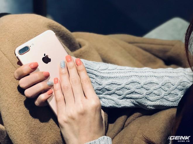 ... hay trong trường hợp này là một chiếc áo len và iPhone