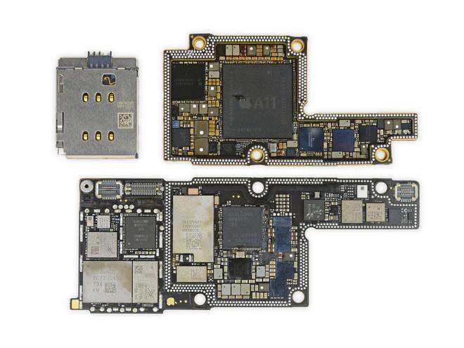Nhằm tiết kiệm diện tích, iPhone X sử dụng bảng mạch chồng với hai lớp