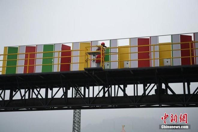 Trung Quốc: Dựng nhà vệ sinh công cộng trên cầu đi bộ, giúp du khách đáp lại tiếng gọi thiên nhiên trong mùa lễ hội - Ảnh 2.