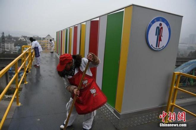 Trung Quốc: Dựng nhà vệ sinh công cộng trên cầu đi bộ, giúp du khách đáp lại tiếng gọi thiên nhiên trong mùa lễ hội - Ảnh 3.