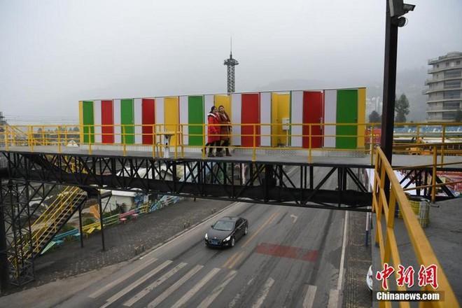Trung Quốc: Dựng nhà vệ sinh công cộng trên cầu đi bộ, giúp du khách đáp lại tiếng gọi thiên nhiên trong mùa lễ hội - Ảnh 4.