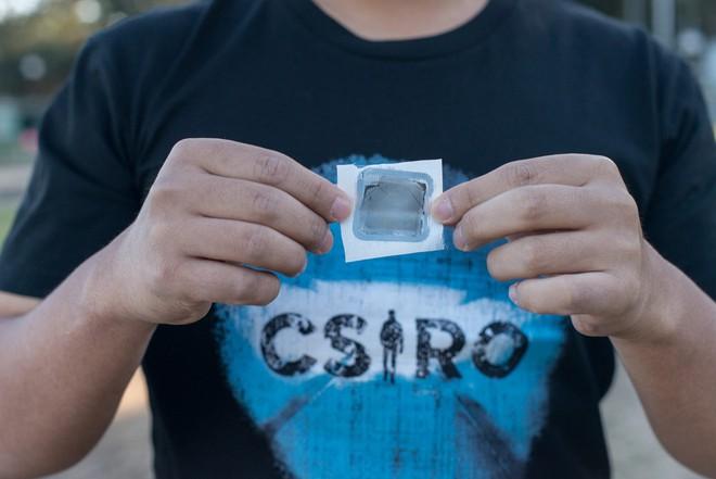 Một mảnh Graphair trên tay nhà nghiên cứu