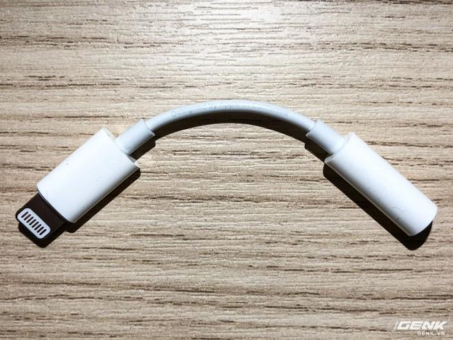 Adapter chính hãng của Apple với dòng chữ Designed by Apple in California và Assembled in Vietnam (hoặc China) Model A1749 trên dây