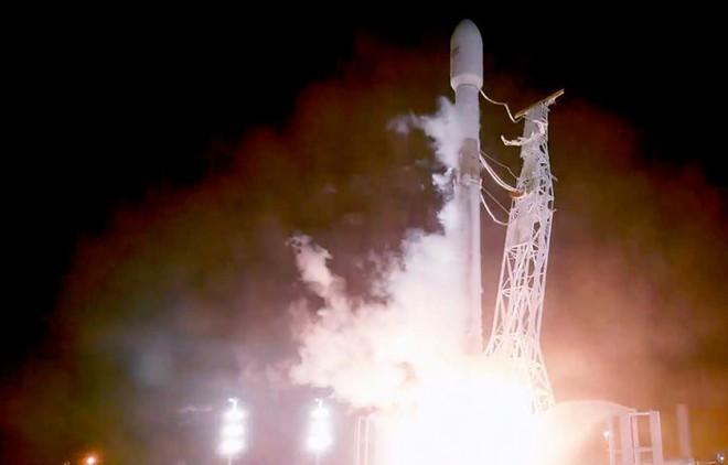 Tên lửa Falcon 9 mang theo 2 vệ tinh thử nghiệm đầu tiên của dự án Starlink.