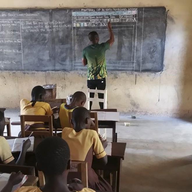 Cách giáo viên tin học ở Ghana vượt qua cảnh thiếu thốn cơ sở vật chất để giảng dạy khiến Internet xúc động - Ảnh 2.