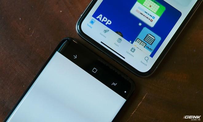 Viền dưới iPhone X gần như biến mất, còn của Galaxy S9 thì mới chỉ được thu gọn lại thôi.