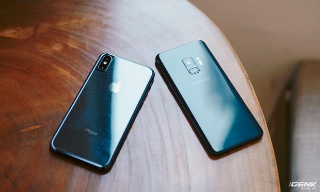 Mặt lưng hay máy đều là kính cường lực, nhưng Galaxy S9 thì được vát cong 3D về hai cạnh tạo cảm giác mềm mại hơn.