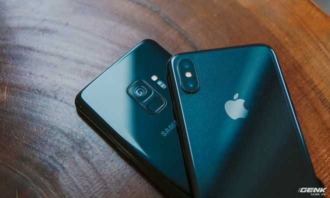 Cụm camera của Galaxy S9 chắc chắn là dễ ăn điểm hơn iPhone X vì vừa nhỏ gọn, vừa không lồi ra khỏi lưng. Bù lại, iPhone X có lợi thế nhờ cảm biến ảnh thứ 2 với ống kính zoom quang 2X.