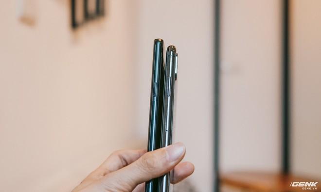 Vì có cả lưng và màn hình vát cong về viền nên cảm giác cầm S9 trên tay thoải mái hơn hẳn iPhone X.