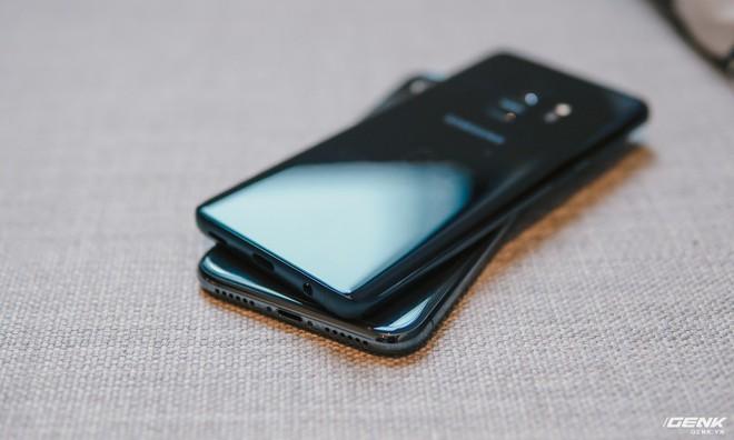 Dù đều là phiên bản màu đen nhưng trông iPhone X vẫn nổi bật hơn Galaxy S9 một chút, nhất là khi lộ ra hai tai thỏ phía trước.