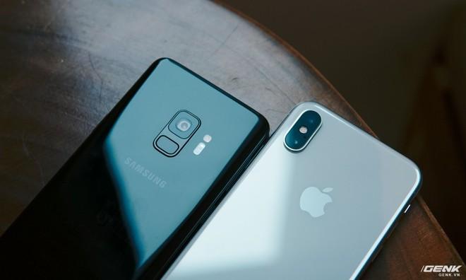 Có thể thấy, sau nhiều năm bị đánh giá là quá giống nhau thì bây giờ, iPhone và Galaxy đã hoàn toàn ly biệt về thiết kế.