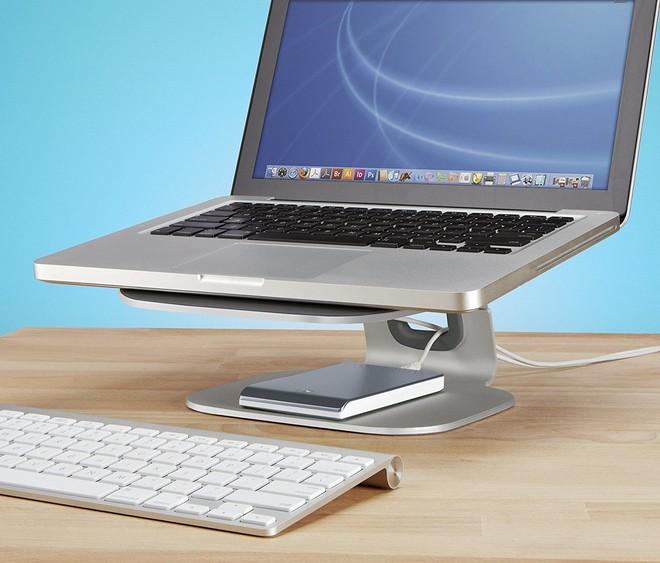 Belkin Loft là một chiếc kệ đỡ máy tính để bàn kiểu dáng thanh lịch, thích hợp với bất kỳ loại laptop nào và đặc biệt ăn rơ với Macbook. Chiếc giá đỡ này có thiết kế mở cho luồng không khí được thoát ra kèm theo những tấm cao su giữ cho máy tính xách tay của bạn luôn cố định và an toàn. Vậy nên với cái giá 49 USD (khoảng 1,1 triệu đồng) cho sản phẩm này có lẽ không là quá đắt đỏ.