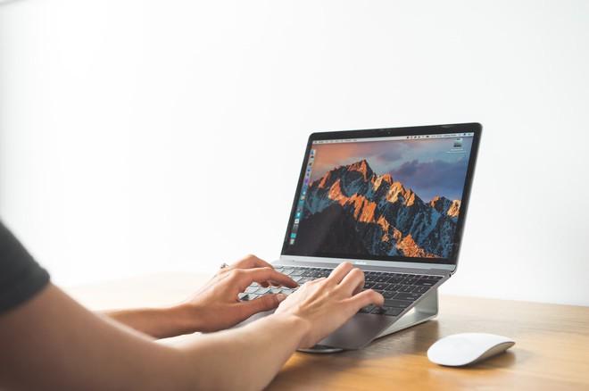 Chiếc đế Twelve South ParcSlope sẽ giữ Macbook của bạn ở góc nghiêng 18 độ, tạo ra cảm giác thoải mái và phù hợp cho công việc đánh máy trong thời gian dài. Với thiết kế bằng nhôm mạ màu đen hoặc bạc, làm cho chiếc Macbook trở nên nổi bật hơn hẳn. Đương nhiên nó cũng sở hữu thiết kế tối ưu cho các luồng không khí dịch chuyển. Cộng thêm các lỗ cắt thông minh cho phép người dùng luồn các loại dây cáp qua một cách dễ dàng. Giá của chiếc đế này rơi vào khoảng 50 USD (khoảng 1,1 triệu đồng).