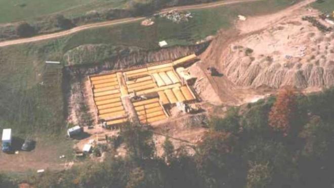 Ông Bruce đã chôn 42 chiếc xe buýt xuống một cái hố ở vùng nông thôn Canada. (Ảnh: Internet)