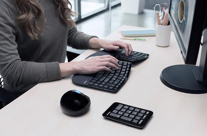 Bàn phím Ergonomic Sculpt có thiết kế độc đáo, hiện đại và tạo cho người dùng cảm giác thoải mái đáng kinh ngạc. Nó được xây dựng dựa trên các nguyên lý tiên tiến, kết hợp bố trí bàn phím phân chia để giúp vị trí cổ tay và cẳng tay ở vị trí tự nhiên, thoải mái. Đây là bàn phím lý tưởng để giúp bạn giảm lực ở cổ tay và hoạt động hiệu quả cả ngày. Tuy nhiên, để sở hữu nó bạn sẽ phải rút ví 67 USD (khoảng 1,5 triệu đồng) có lẽ là điều nhiều người cân nhắc trước khi mua loại bàn phím này.
