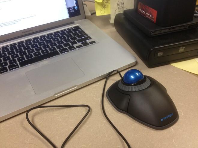 Chuột máy tính Kensington sẽ tạo cho bạn sự thoải mái suốt cả ngày khi dùng máy tính nhờ thiết kế có tác dụng nâng đỡ bàn tay người dung. Hơn nữa, điều đặc biệt ở mẫu chuột này đó là phím cuộn, cho phép người dùng lướt qua trang web dễ dàng mà không cần nhấp chuột để thay đổi các tab. Sản phẩm tương thích với cả PC và Mac này được rao bán với giá 30 USD (tương đương 680.000 đồng).