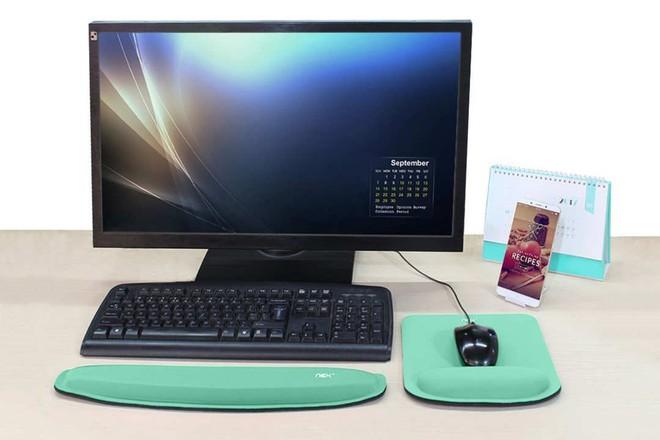 Kê tay Nex nhận được hàng trăm lượt phản hồi tích cực về sự tiện lợi cũng như những trải nghiệm nó mang lại cho dân văn phòng. Sản xuất từ những vật liệu cao cấp, bộ kit dành cho bàn phím và chuột này sẽ hỗ trợ bạn tối đa trong công việc. Miếng lót với bề mặt siêu mịn siêu êm sẽ giúp cho những thao tác trên máy tính vừa thoải mái vừa chính xác. Sản phẩm có thiết kế bao bì đẹp, gồm 2 màu xanh bạc hà và hồng, cùng với chương trình bảo hành 12 tháng miễn phí mà chỉ tốn có 13 USD (khoảng 295.000 đồng).