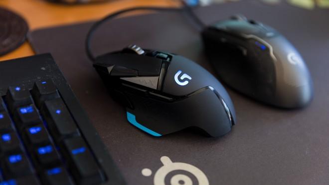 Chắc chắn danh sách này không thể nào thiếu đi ông lớn Logitech rồi. Mẫu chuột G502 của hãng vốn là niềm ước ao của nhiều game thủ, chỉ riêng khoản 11 nút chức năng đã đủ thu hút người dùng rồi. Thêm vào đó, con lăn di chuyển rất mượt mà, các nút chức năng cũng được bố trí giúp người chơi hoàn toàn không bị cấn tay khi dùng. Người dùng có thể tùy biến một số chức năng, như điều chỉnh chế độ DPI, tốc độ cuộn, thay đổi cả trọng lượng của chuột. Ngay cả ánh sáng RGB cũng có thể tùy chỉnh, hoặc đồng bộ với các thiết bị khác của cùng hãng nếu bạn muốn. Sản phẩm đang có giá 49 USD (khoảng 1,1 triệu đồng).