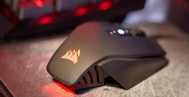 Các game thủ chân chính chắc cũng không lạ lẫm thương hiệu này, mẫu Cosair M65 Pro là một con chuột chơi game có giá cả phải chăng, đặc biệt phù hợp với các dòng game bắn súng như CF. Khác hẳn với các mẫu chuột khác, dòng sản phẩm này còn sở hữu khung nhôm sang trọng, không quá nặng cho người dùng. Bề mặt chuột được thiết kế tinh xảo giúp người chơi không bị trượt hay tuột tay khỏi chuột. Chuột có 8 phím chức năng, bạn hoàn toàn có thể vừa chơi, vừa tăng giảm tốc độ chuột để phù hợp với loại súng bạn dùng. Để sở hữu mẫu chuột này, người mua sẽ phải chi ra 55 USD (khoảng 1,2 triệu đồng).