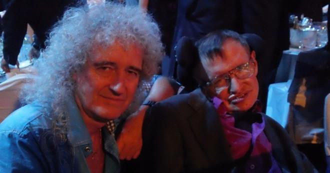 Stephen Hawking và nhạc sĩ Brian May tại một sự kiện