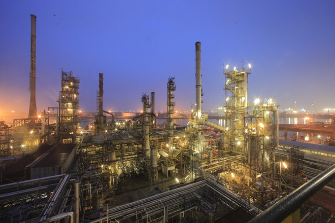 Khung cảnh của một nhà máy lọc dầu